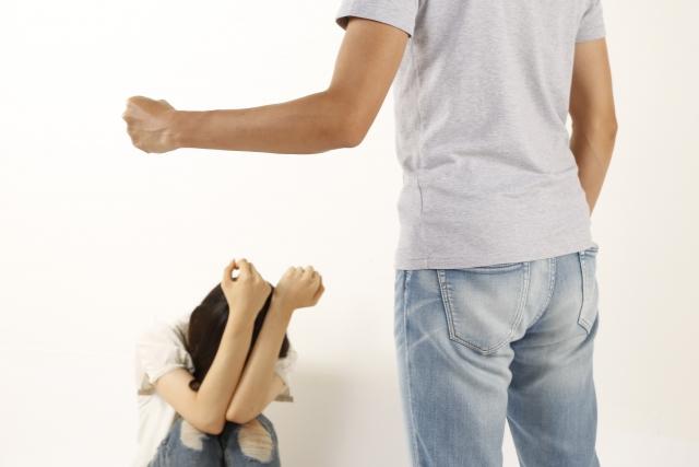 女性に暴力を振るう男性