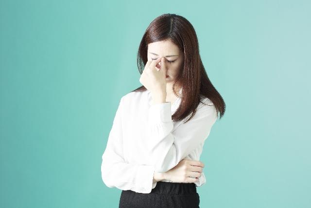 頭を悩ます女性のサムネイル画像