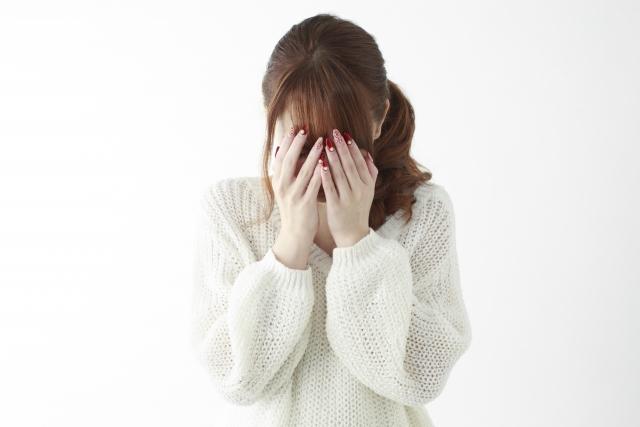 顔を覆う女性のサムネイル画像