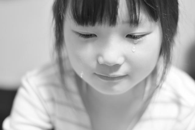 悲しむ子供モノクロ
