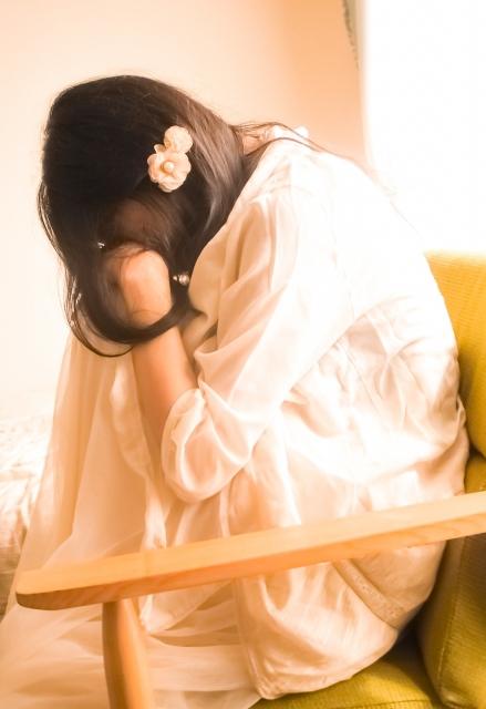 頭を抱える女性(斜め向き)