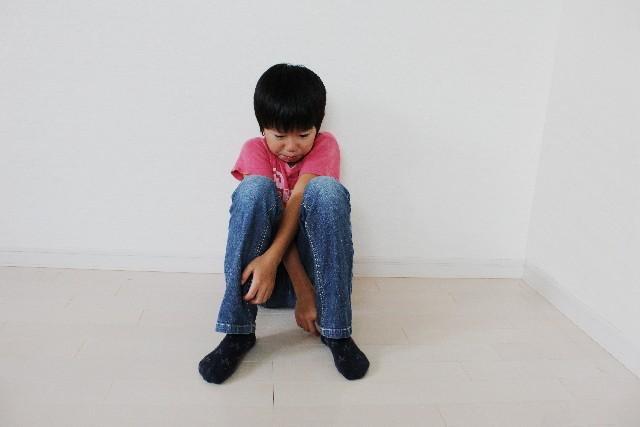 体育座り男の子.jpg