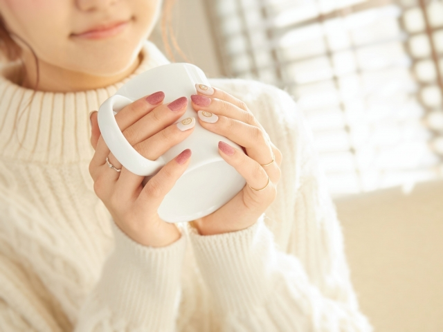 お茶で一息つく女性