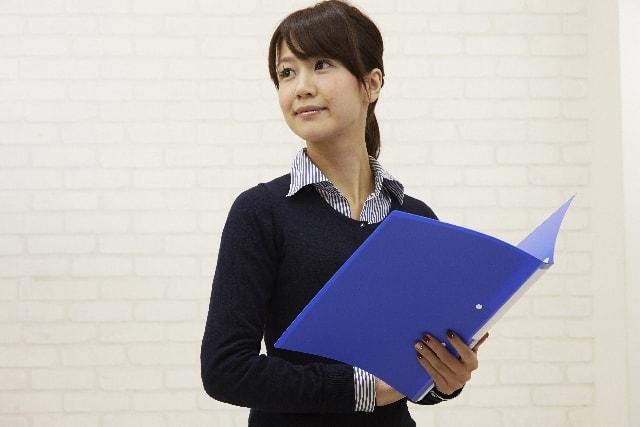 テキストで学習する女性